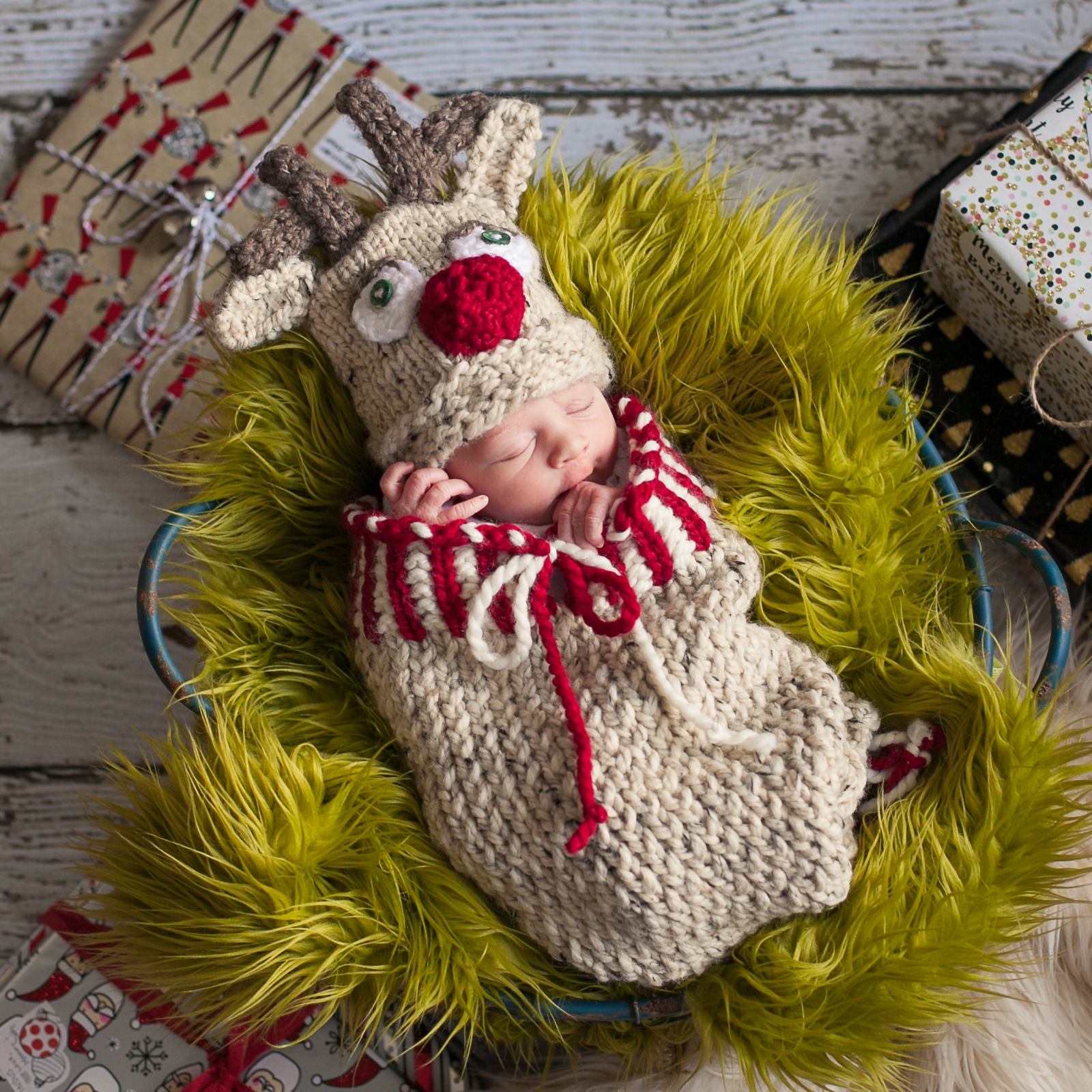 Loom Knit Christmas Cocoon And Reindeer Hat Pattern For Newborn Baby. 55bc57eee3c